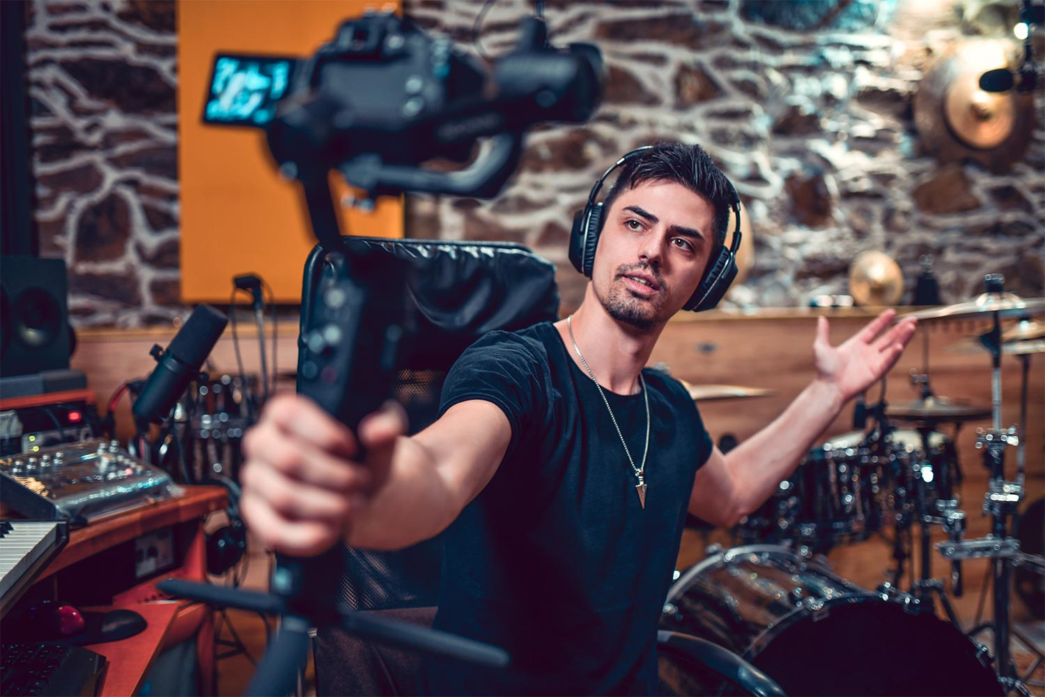 4 Types Of Content Musicians Can Video Stream (Besides Live Music)