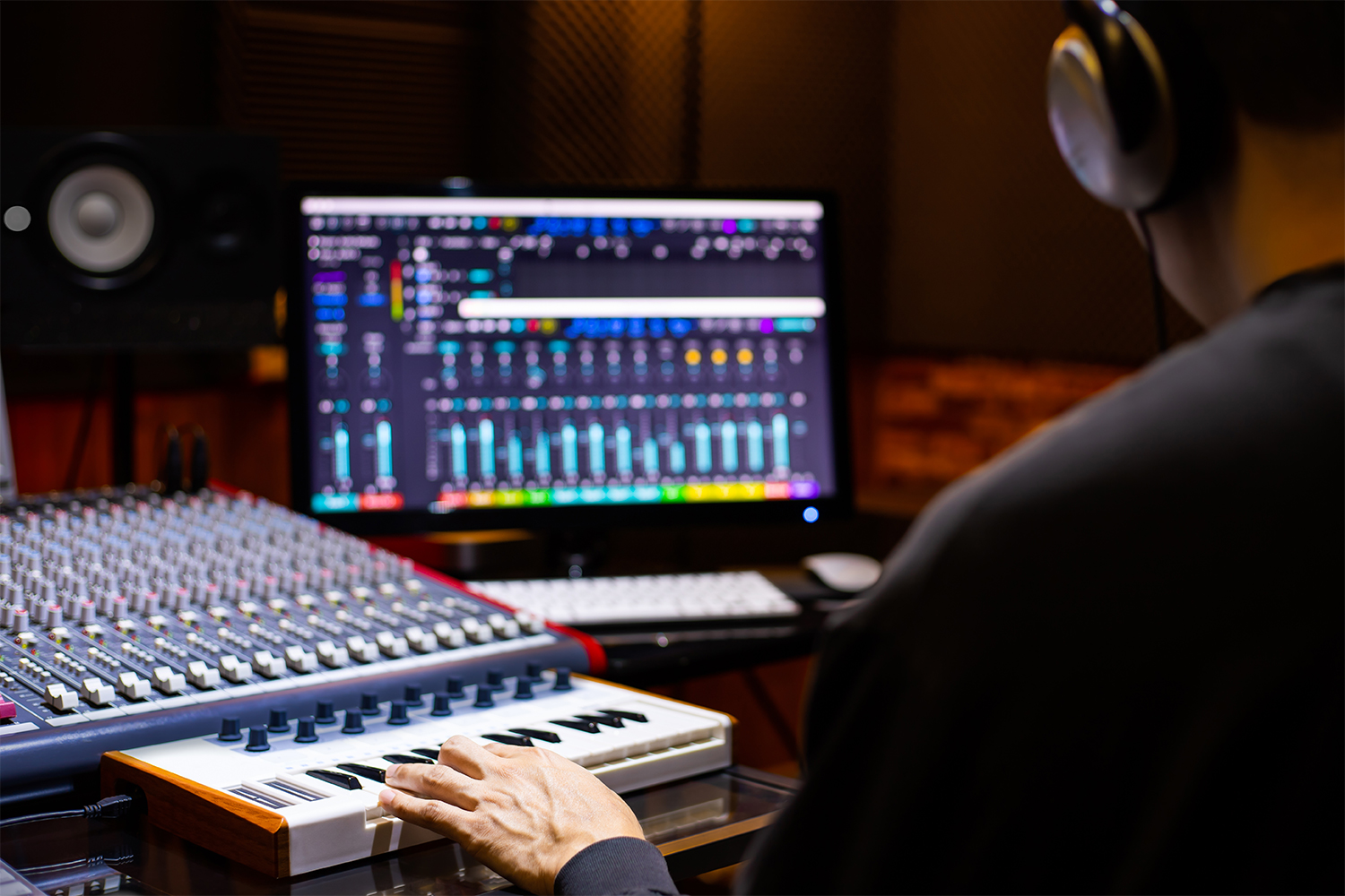 4 Differences Between A Commercial And Bedroom Studio Producer